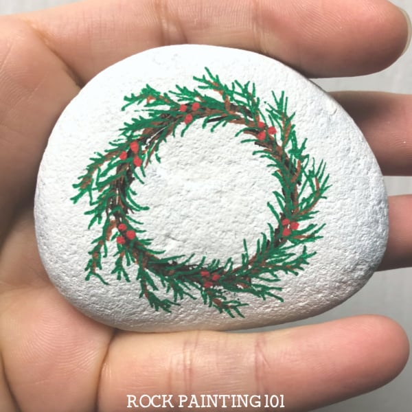How to draw a Christmas wreath to make holiday rocks