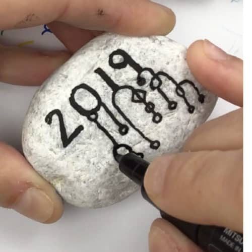 Get ready forNew Years with this Zendangle rock painting idea. These are perfect for hiding this season or decorating the table at your New Years Eve party. #newyears #2019 #countdown #zendangle #dangles #rockpainting101
