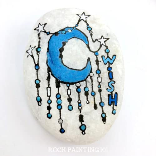 Create dreamy moon rocks using the zendangle technique. This style of rock painting is perfect for beginners and are so much fun to make. #moonrocks #starrocks #zendangle #rockpainting #paintedrocks #howtopaintrocks #rockpainting101